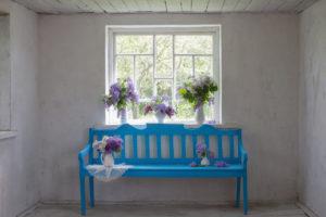 Modrá lavice pod oknem