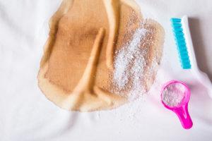 Flek od kávy a čistící přípravek