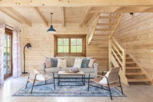 Interiér srubu ze smrkového dřeva