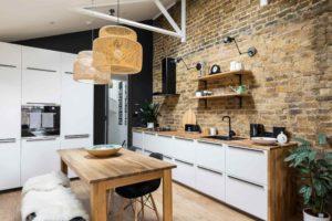 Moderní kuchyň s dřevěným stolem