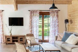 Srub s moderním nábytkem a původními komodami