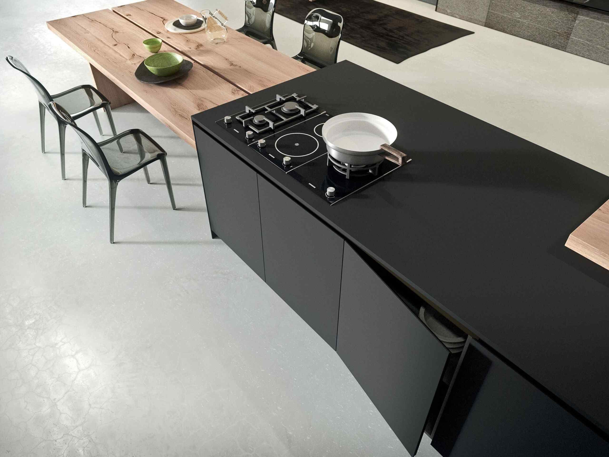 Laminátová podlaha v černé kuchyni
