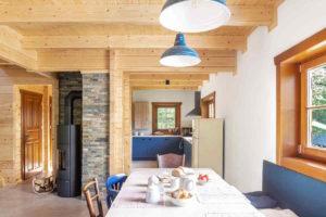 Jídelna s kamnami a přechodem do kuchyně