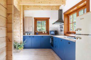 Modrá rohová kuchyň ve srubu