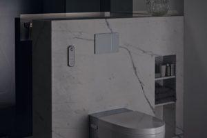 Sprchovací wc v koupelně