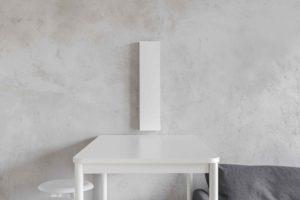 Část obýváku s barovým pultem a šedým gaučem