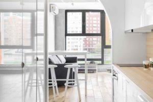 Pohled na velké okno cez oblouk z kuchyně