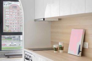 Kuchyň v malém bytě s bílou linkou