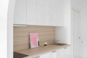 Bílá úzká kuchyň