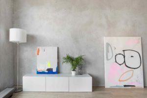 Bílý stolek pod tv a moderní obrazy
