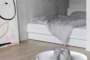 Umělecká soch na stolku před spacím koutem