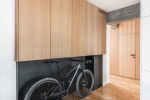 Nábytkový box v chodbě s úložním prostorem pro kolo