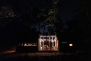 Chatka s otevřenou střechou v noci