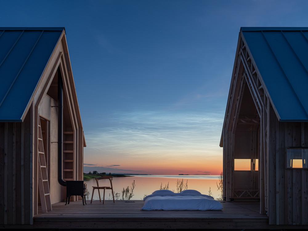 Chatka s otevřenou střechou při západu slunce