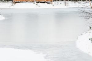 Víkendový domek na břehu zamrzlé řeky