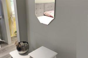 zrcadlo s fazetou v chodbě