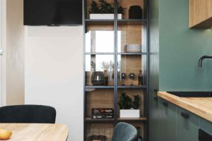 Smaragdovozelená kuchyň s geometrickou podlahou
