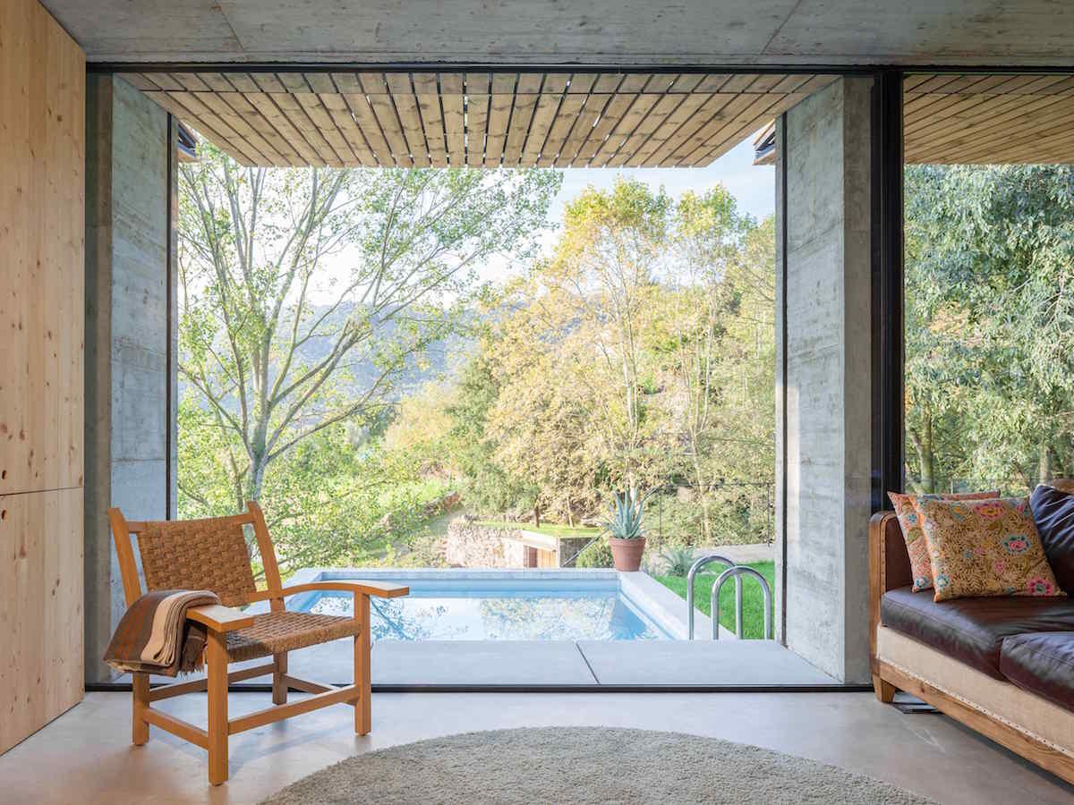 Pohled z proskleného domu na bazén