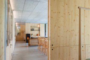 Velká jídelna v otevřeném betonovém domě