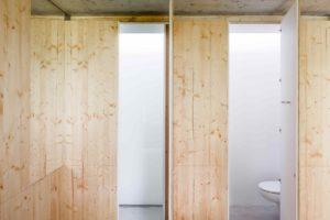Stěny z dřeva s otevřená toaleta