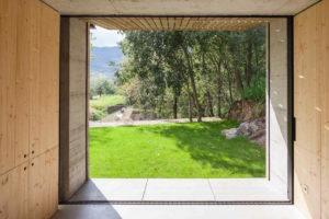 Pohled z otevřeného domu do zahrady
