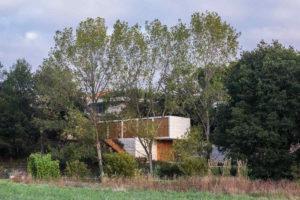Obdélnikový dům ukrytý ve svahu