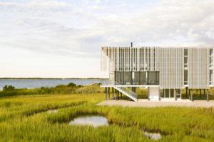 Moderní třípodlažní protipovodňový dům s cedrovým obkladem