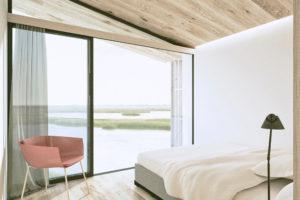 Světlá ložnice s výhledem na moře