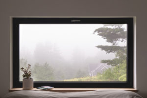 Ložnice s vlkým oknem do přírody