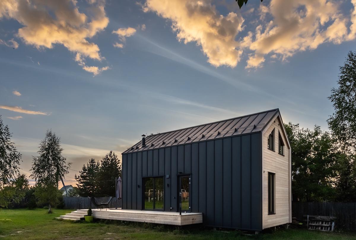 Moderní obytná drěvěná stodola s terasou