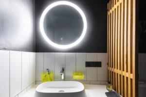 Černobílá koupelna v stodole
