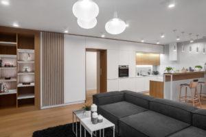 Otevřená obývací část v šedé, hnědé a bílé