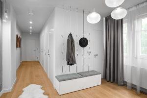 Chodba s bílým vestavěným nábytkem