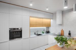 Velká bílá kuchyň do U