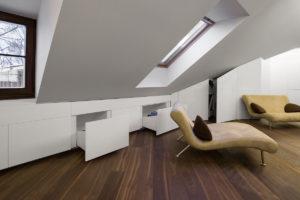 Odkládací a úložný prostor v podkroví s dizajnovým gaučem