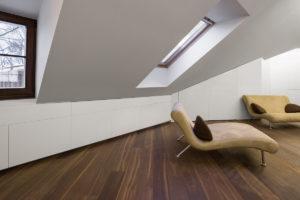 Podkroví s dubovou podlahou a dizajnovým gaučem