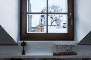 Historický kostel v okně