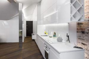 Bílá lesklá kuchyň v podkroví