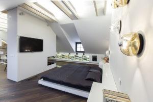 Podkrovní ložnice s televizí a dizajnovým osvětlením