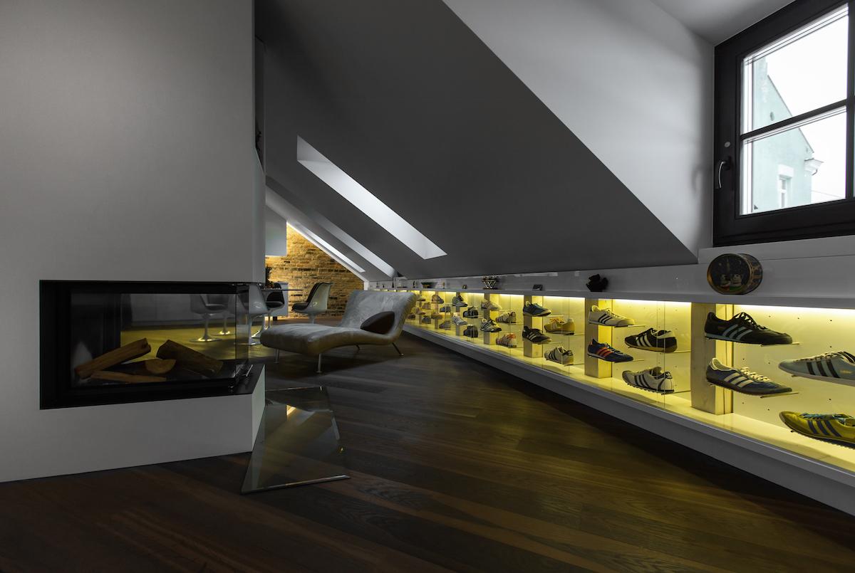 Výstava tenisek po celé délce stěny v podkroví