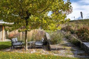 Sezení pod platanem v zahradě s jezírkem